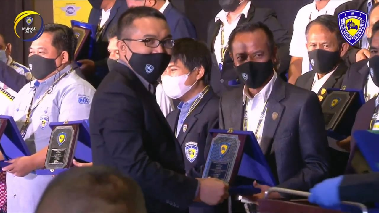 Ketua IMI Gorontalo Ridwan Bobihoe saat menerima IMI Award di Kota Makasar(Foto Ist)