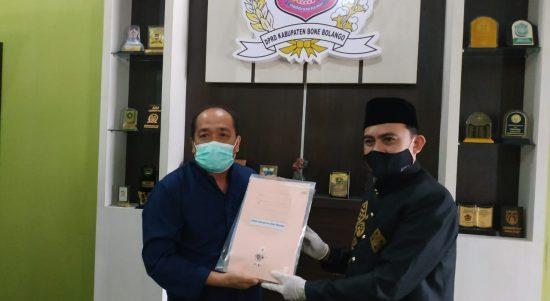 Ketua KPU menyerahkan hasil pleno kepada Ketua DPRD Bonebol